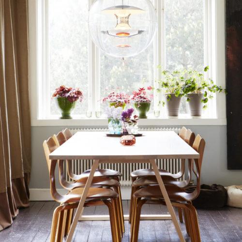 köksbord glaslampa trägolv