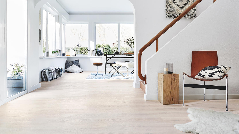 Ljust golv i stort rum